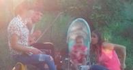 В Омске обсуждают пятичасовую прогулку родителей-алкоголиков с младенцем в коляске