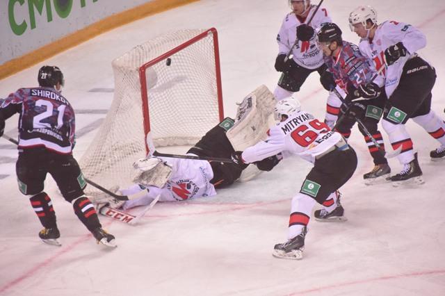 Омский «Авангард» в овертайме проиграл «Кузне» последний матч перед плей-офф