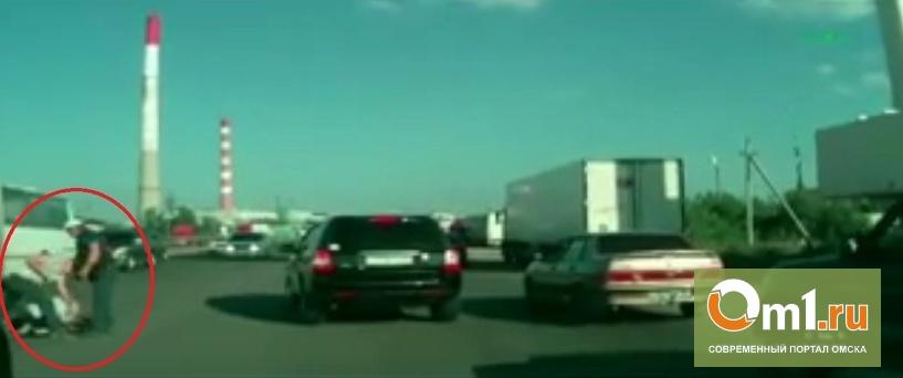 """В Омске после ДТП двое из Toyota Prado избили водителя """"Лады"""""""