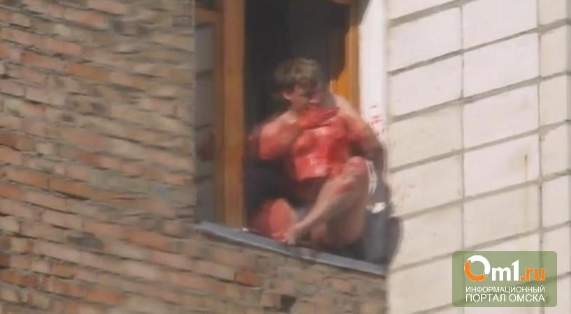 Омич, спрыгнувший с 6-го этажа, пырнул себя ножом в грудь (ВИДЕО 18+)