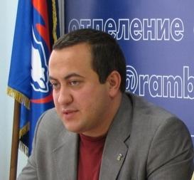 В Омске пьяный мужчина бросил урну в машину депутата «Единой России»