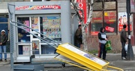 Ураган в Омске: еще одна остановка рухнула на человека