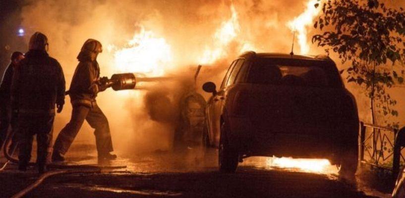 Ночью в Омске неизвестные сожгли «Лэнд Крузер» безработного