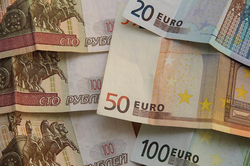 Рублевое пике: российская валюта обесценилась к доллару и евро по 10%