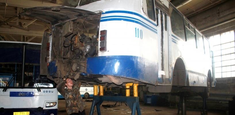 В Омской области трактора вытаскивают маршрутные автобусы