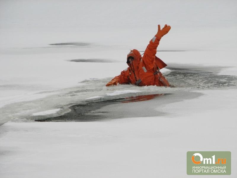 Омские спасатели потренировались спасать людей на Иртыше