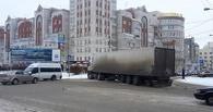 ДТП в центре Омска: большегруз перекрыл улицу