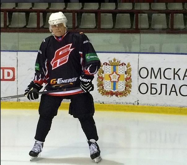 Омский губернатор сфотографировался в хоккейной форме