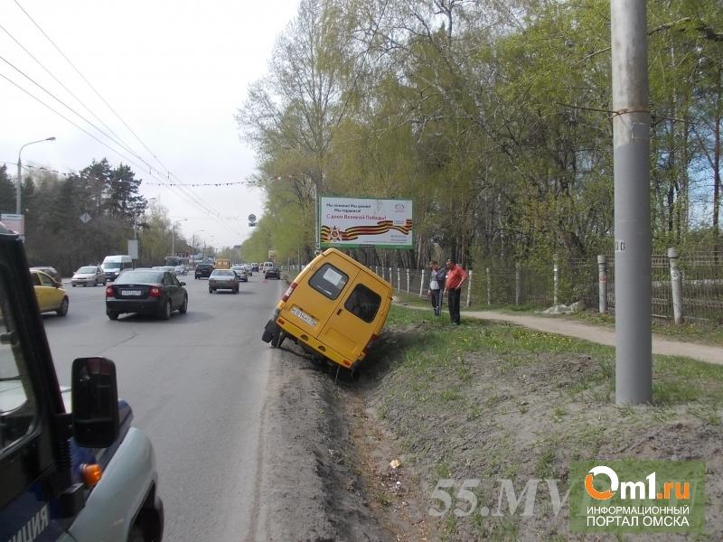 В Омске «Газель» вылетела в кювет после столкновения с иномаркой