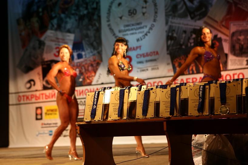 Красавцы и красавицы: в Омске прошли соревнования по бодибилдингу