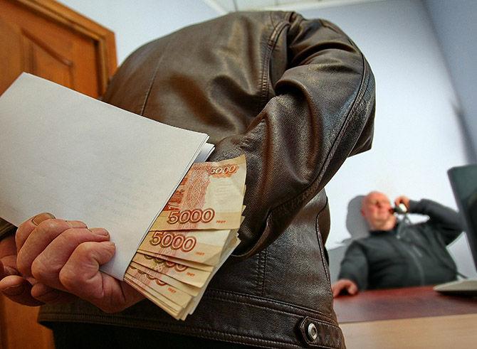 Бывшего зама главы Советского округа Омска отправили в тюрьму за взятки