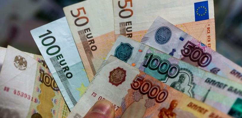 Курс валют: доллар превысил 65 рублей, евро — 69 рублей