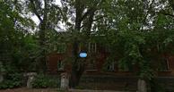 В Омске у жилого дома обрушилась часть крыши