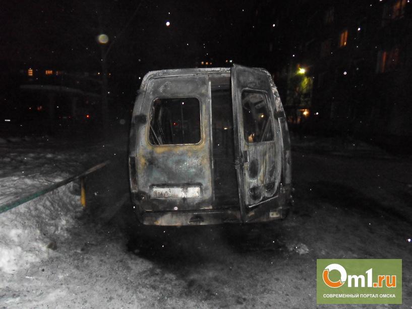В Омске у дома дотла сгорела маршрутка