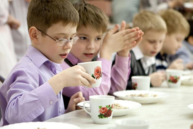 Омские школьники получат продуктовые карты для оплаты горячих обедов