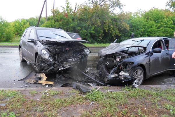 В Омске в лобовой аварии встретились Lexus и Mercedes
