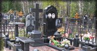 Омские жильцы жалуются на надгробные плиты во дворе