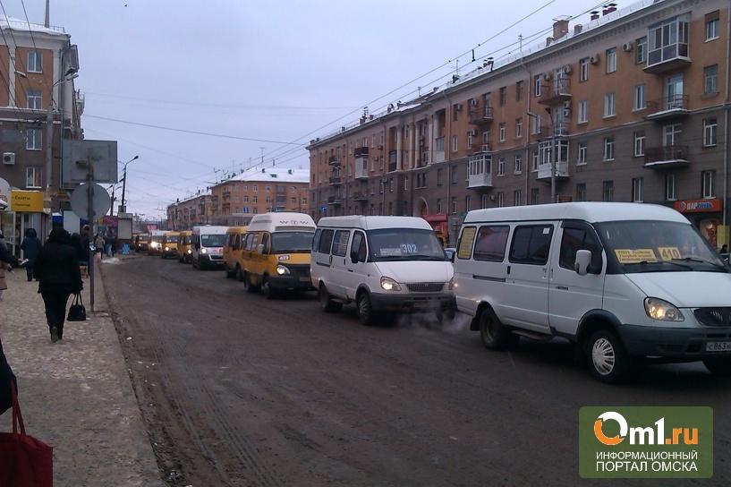 Разрешили поворачивать налево: центр Омска встал в пробке