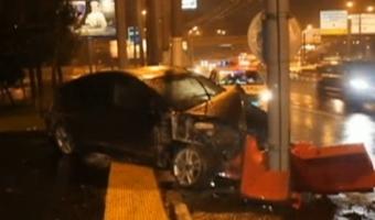 В Омске в районе кольца у Metro Toyota влетела в столб – один погибший