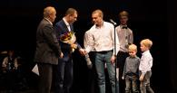 Омичу, который в одиночку воспитывает шесть детей, вручили медаль «Отцовская доблесть»