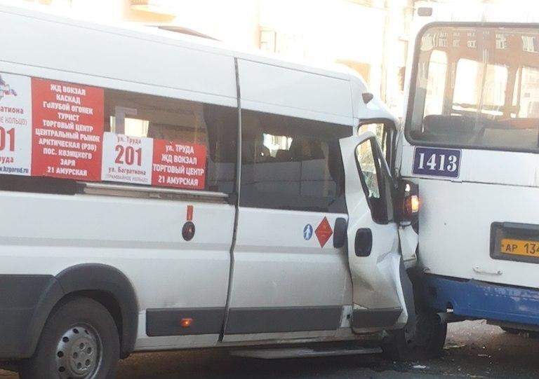 У омской «Галактики» из-за маршрутки столкнулись два автобуса