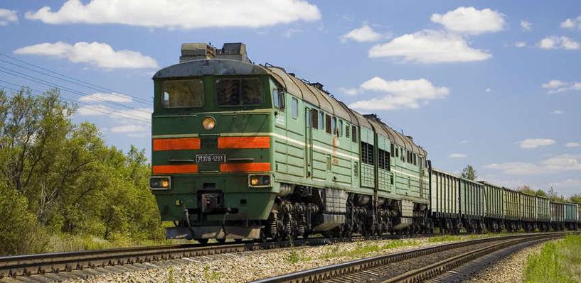 В Омской области грузовой поезд переехал пенсионера