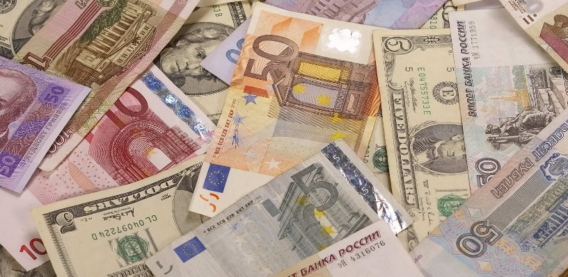 Курс валют: в начале дня рубль укрепил позиции на бирже