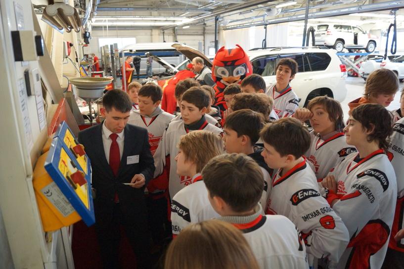 «Тойота» устроила экскурсию юным хоккеистам Омска