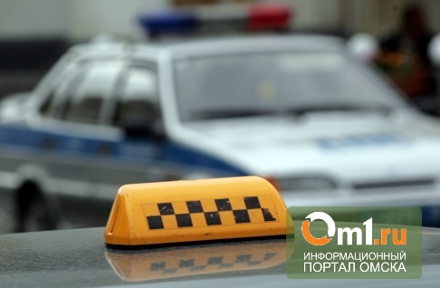 В Омске хулиганы, угрожая ножом, ограбили таксиста