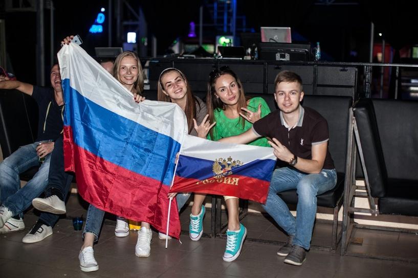 «Это говорит о доверии к власти»: флаг России нашелся у каждого второго жителя страны