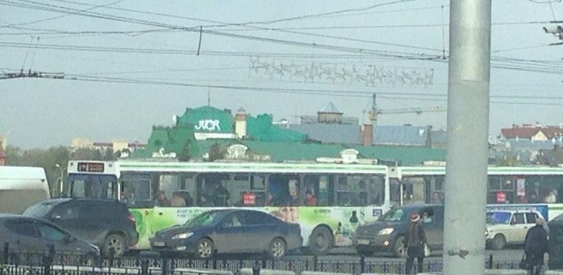 Крышу Органного зала в историческом центре Омска изуродовали баллончиком