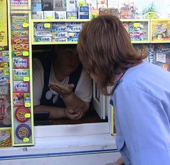 За продажу алкоголя подростку на омичку завели уголовное дело