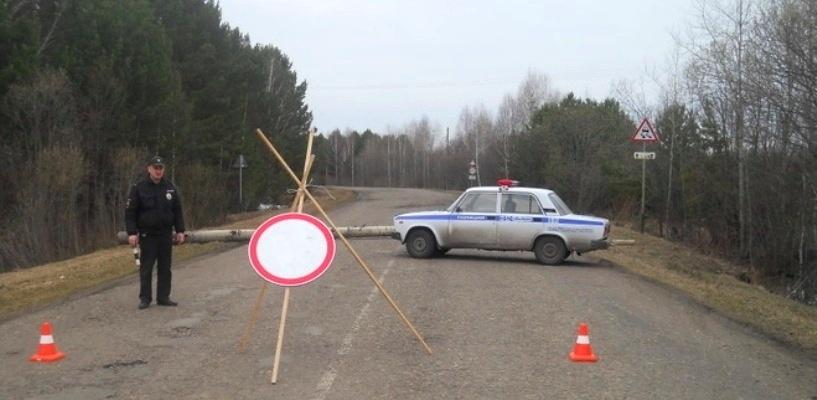 Под Омском перекрыли дорогу из-за потопа