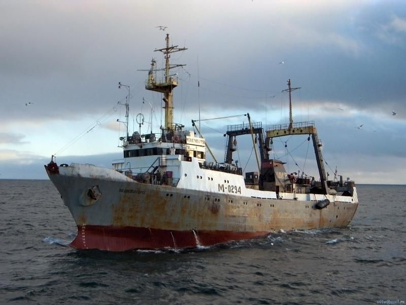 Спасатели вытащили из воды тела еще двух моряков затонувшего траулера