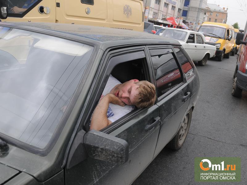 В Омске на оживленном перекрёстке водитель уснул за рулём