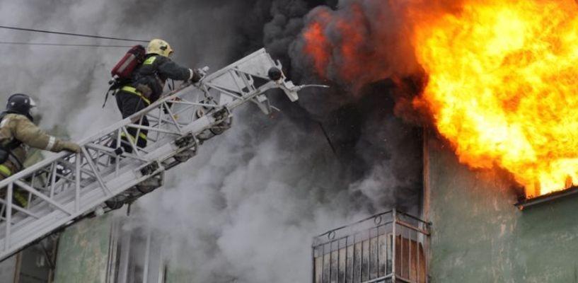 Ночью из горящего дома в Омске эвакуировали 18 человек