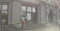 Омич, расколотивший кувалдой окна мэрии, не явился в суд