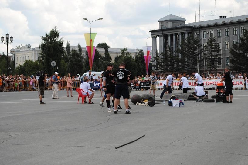 Омский силач Шивляков установил рекорд по поднятию гантели