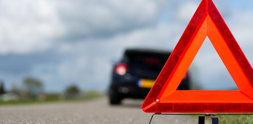 На омской трассе погиб водитель автомобиля, врезавшись в препятствие на обочине