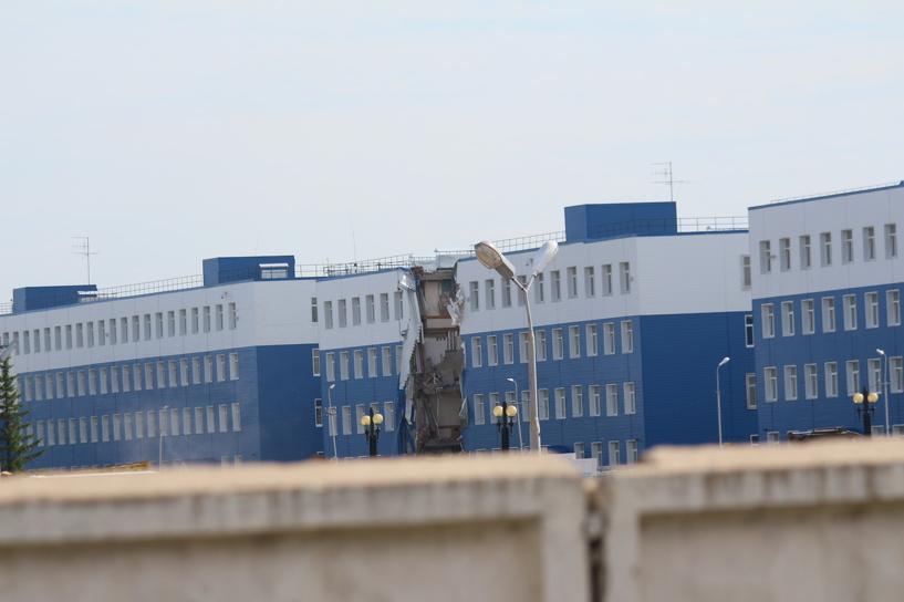 СМИ: рядом с рухнувшей казармой в Омске строили склад без документов