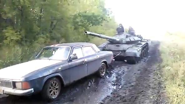 В Омске застрявшую «Волгу» на буксир взял танк