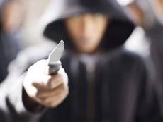 Омского таксиста чуть не зарезали ножом за деньги и мобильник