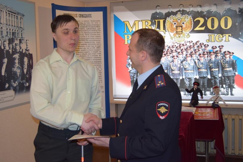 Полиция наградила незрячего спортсмена из Омска, задержавшего грабителя в центре Екатеринбурга