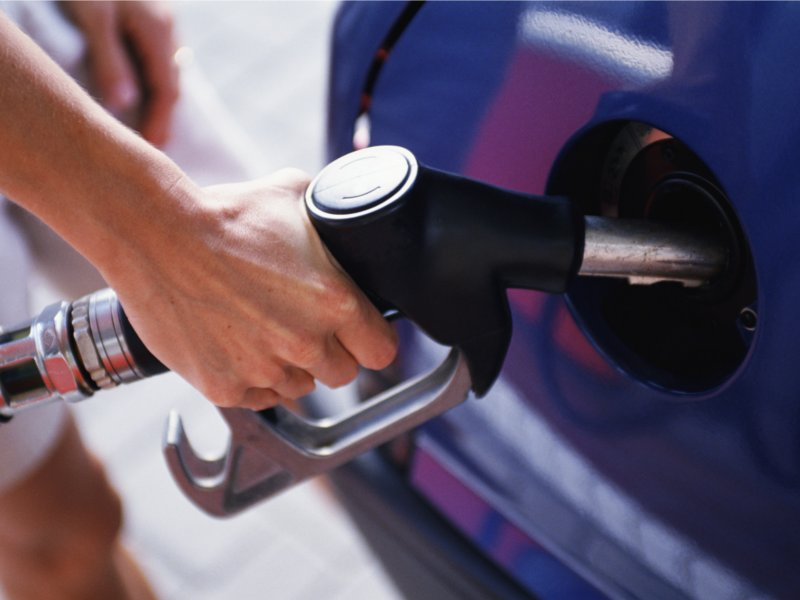 Росстат: Омск — в лидерах по самым низким ценам на бензин среди регионов страны