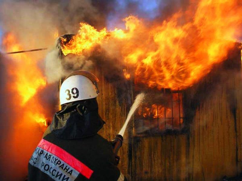 В Омске сгорел цех памятников: пострадал человек