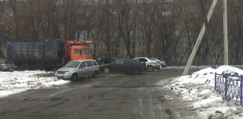 В районе омской «Ленты» столкнулись 5 автомобилей (фото)