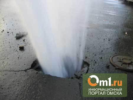 В Омске в поселке Загородном прорвало холодный водопровод