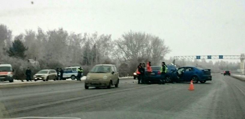 На выезде из Омска столкнулись четыре иномарки