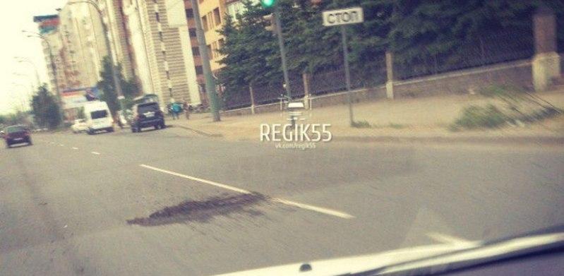 Омские дорожники оперативно отреагировали на яму на Масленникова