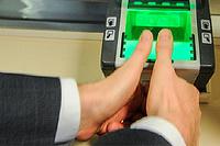 Отпечатки пальцев появятся в загранпаспортах с 2015 года